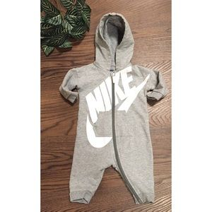🍂NIKE HOODED COVERALL/GRAY SIZE 3-6 mons.🍂